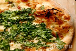 Рецепт пиццы с карамелизованным луком, сыром с плесенью и рукколой