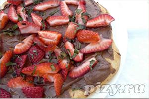 Рецепт десертной пиццы с шоколадом и клубникой
