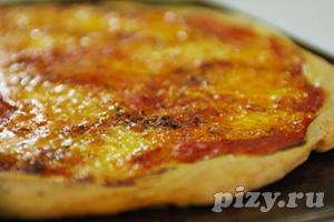 Пицца с ветчиной, моцареллой и руколой